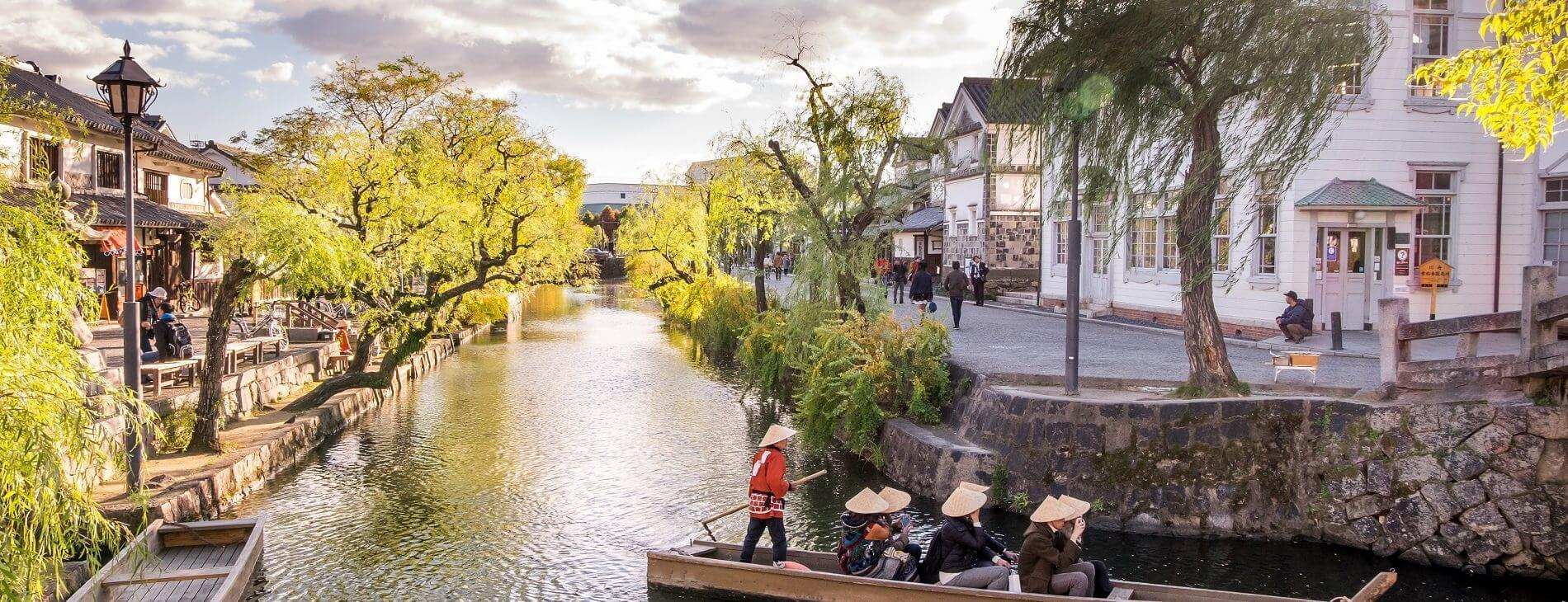 giatore-kurashiki-lake city japan at Kurashiki Bikan Historical Quarter, the Traditional Boat Tour of Kurashiki Canal Sailing through the center of town copertina